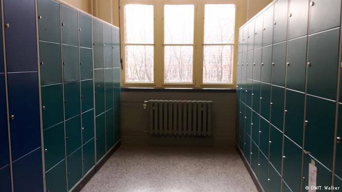 Two walls of lockers at a school in Berlin (photo: DW/T. Walker)
