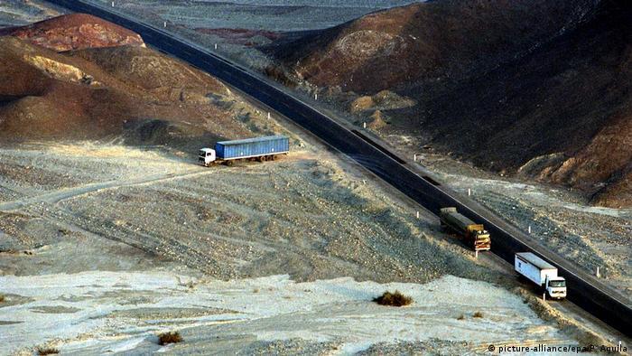 Peru Zerstörung der Nasca-Welterbestätte (picture-alliance/epa/P. Aguila)