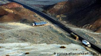 Truck driving over landscape with Nazca Lines (picture-alliance/epa/P. Aguila)