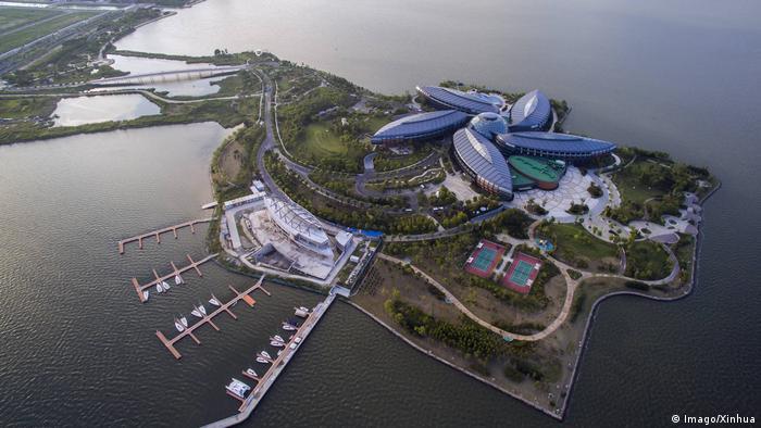 Şanghay yakınlarındaki Lingang New City'nin yeni bir ticaret merkezi olması planlanıyor. Hamburglu mimarlık bürosu Gerkan, Marg ve Ortakları'nın tasarladığı kentin 800 bin kişiye yaşam alanı sunması öngörülüyor. İstihdam alanlarınınsa yüksek teknoloji araştırmaları, Yangshan Konteyner Limanı ve Liman içindeki Serbest Ticaret Bölgesi'nde oluşturulması hedefleniyor.