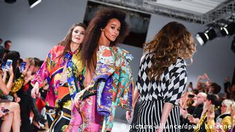 Models mit bunter Kleidung des Modeschöpfers Gianni Versace in Berliner Kronprinzenpalais
