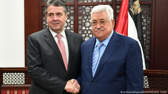 Sigmar Gabriel with Mahmood Abbas in Ramallah (picture-alliance/ZUMAPRESS/O. Falah)