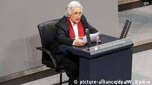 31.01.2018, Berlin: Anita Lasker Wallfisch, eine der letzten bekannten Überlebenden des Mädchenorchesters von Auschwitz, spricht während einer Gedenkstunde des Bundestags an die Opfer des Nationalsozialismus. Foto: Wolfgang Kumm/dpa +++(c) dpa - Bildfunk+++ | Verwendung weltweit