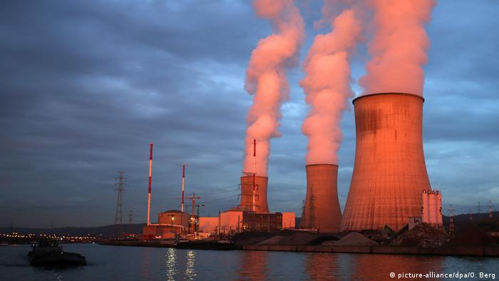 Das Atomkraftwerk Tihage bei Lüttich im milden Abendlicht