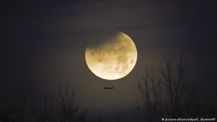 Mondfinsternis über Charlotte, USA (picture-alliance/dpa/C. Burton/AP)