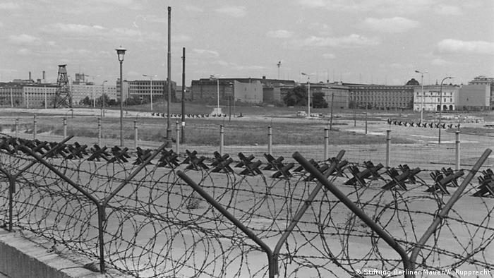 Barbed wire fencing stands in front of no-man's-land in the Berlin Wall area (Stiftung Berliner Mauer/W. Rupprecht)