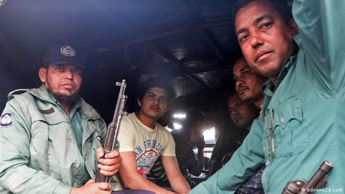 Bangladesch Dhaka Polizei in Lieferwagen mit verhafteten politischen Aktivisten