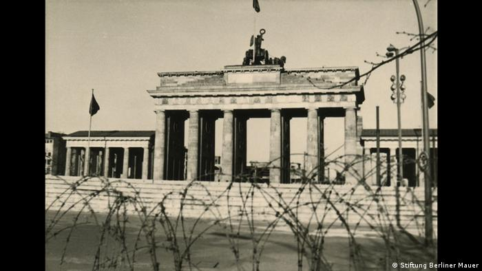 The Brandenburg gate behind barbed wire (Stiftung Berliner Mauer)