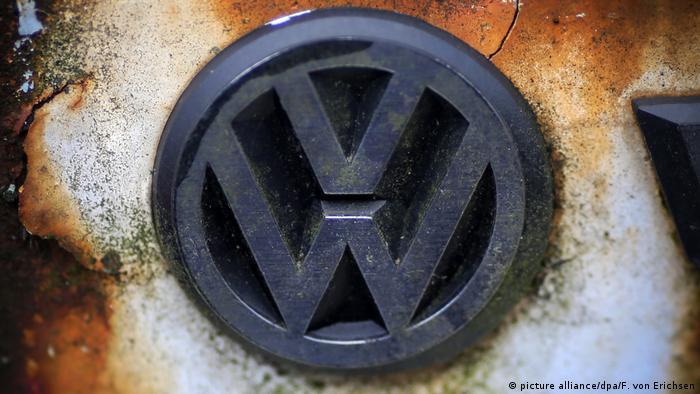 Логотип Volkswagen на ржавом VW Golf