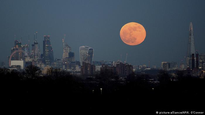London Skyline Supermond (picture-alliance/AP/K. O'Connor)