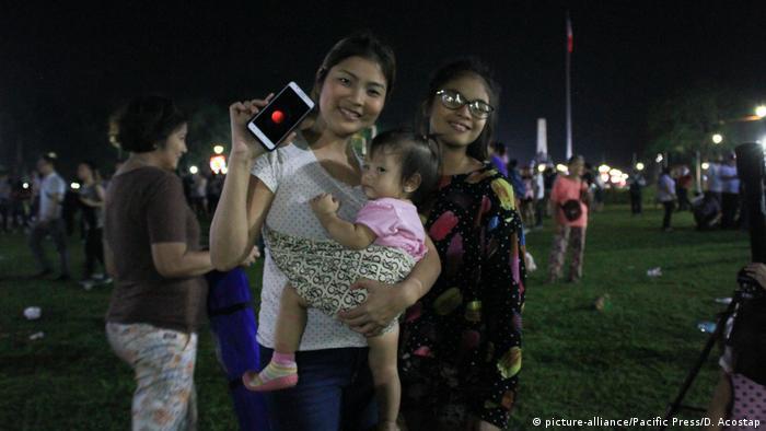 Philippinen Supermond Beobachter Handy (picture-alliance/Pacific Press/D. Acostap)