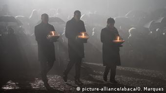 Премьер-министр Польши (в центре) на церемонии по случаю годовщины освобождения концентрационного лагеря Освенцим