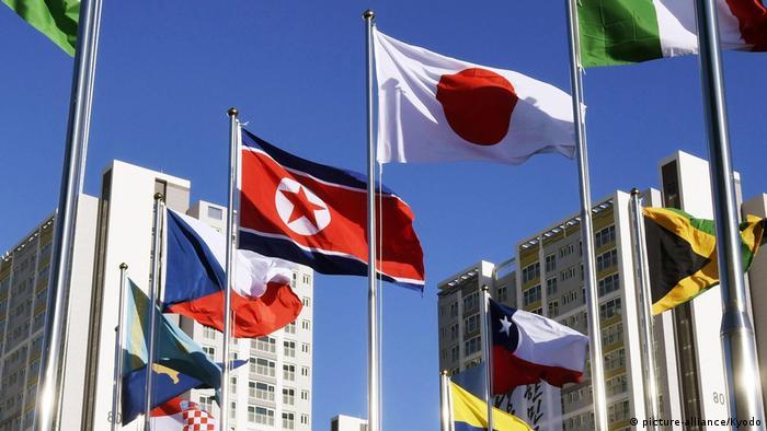 Pyeongchang 2018 - Eröffnung Olympisches Dorf Nordkorea Flagge (picture-alliance/Kyodo)
