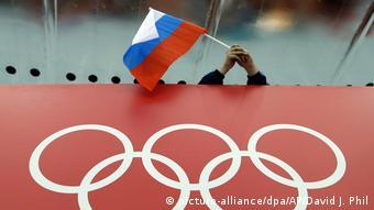 Die russische Fahne vor den Olympischen Ringen (picture-alliance/dpa/AP/David J. Phil)