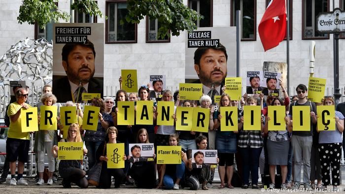 Protests in Berlin calling fro the release of Amnesty Turkey head Taner Kilic (Getty Images/AFP/J. MacDougall)