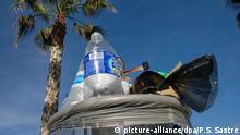 Ein überquellender Mülleimer, aufgenommen am 23.01.2018 in einem Gewerbegebiet in Palma (Spanien). Die Balearen haben ein Müllproblem. Rund 700.000 Tonnen sammeln sichSchätzungen zufolge jährlich auf den vier Inseln Mallorca, Ibiza, Formentera und Menorca an. Mit einemGroßteil davon, rund 500 000 Tonnen, hat die gerade bei Deutschen beliebte Urlaubsinsel Mallorca zu kämpfen. (zu dpa Mallorca ohne Plastik und Kaffeekapseln: Balearen planen Müllgesetz vom 26.01.2018) Foto: Patrick Schirmer Sastre/dpa   Verwendung weltweit