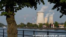 ARCHIV - Die drei Kühltürme des Kernkraftwerks dampfen am 28.08.2017 am Fluss Maas in Tihange (Belgien). Das Kraftwerk besteht aus drei Blöcken mit Druckwasserreaktoren. Ab 1. September 2017 werden in der Region Aachen kostenlos Jodtabletten verteilt. Die Tabletten sollen die Bevölkerung im Fall eines Reaktorunfalls im belgischen Tihange vor Schilddrüsenkrebs schützen. Jetzt ziehen die Behörden eine erste Bilanz. (zu dpa vom 29.10.2017) Foto: Rainer Jensen/dpa +++(c) dpa - Bildfunk+++ | Verwendung weltweit