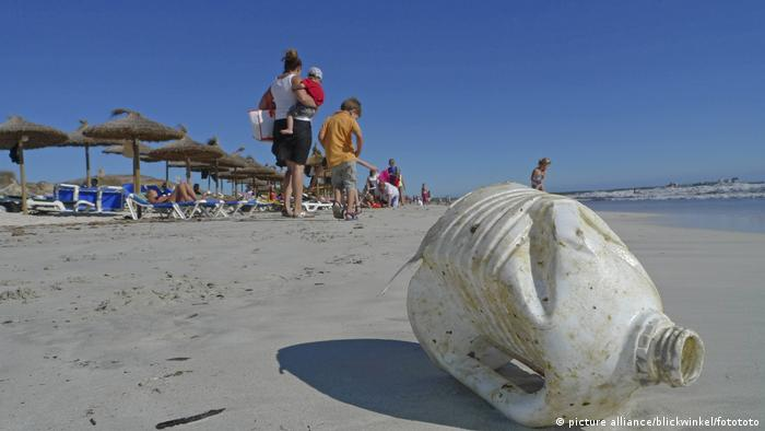 Spanien Plastikmüll am Sandstrand auf Mallorca (picture alliance/blickwinkel/fotototo)