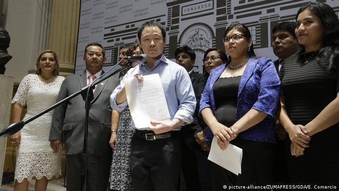 El parlamentario Kenji Fujimori anunció el 31 de enero de 2018 en Lima, Perú, el abandono de 10 congresistas de la bancada del Congreso del partido derechista radical peruano Fuerza Popular.