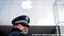 ARCHIV - ILLUSTRATION - Ein Polizist steht am 13.01.2012 vor einem Apple Store in Peking (China). Apple hat in China die Nachrichten-App der «New York Times» nach Intervention der chinesischen Behörden aus seinem Angebot gelöscht. (zu dpa Zensur in China: Nicht nur Apple macht Kompromisse vom 09.01.2017) Foto: Diego Azubel/EPA/dpa +++(c) dpa - Bildfunk+++ |