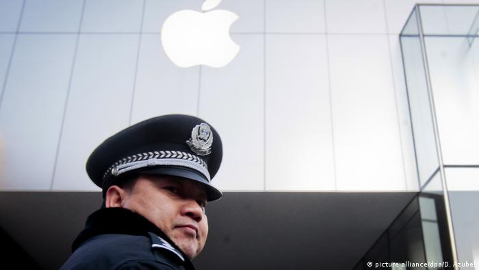 Chinese police officer in front of Apple store (picture alliance/dpa/D. Azubel)