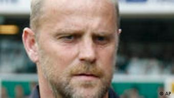 Bremens Trainer Thomas Schaaf applaudiert (Foto: AP)
