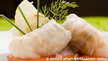 photo of delicious sea bass rolls on sliced tomatoes, das Foto des koestlichen Wolfsbarsches rollt auf aufgeschnittenen Tomaten | Verwendung weltweit, Keine Weitergabe an Wiederverkäufer.