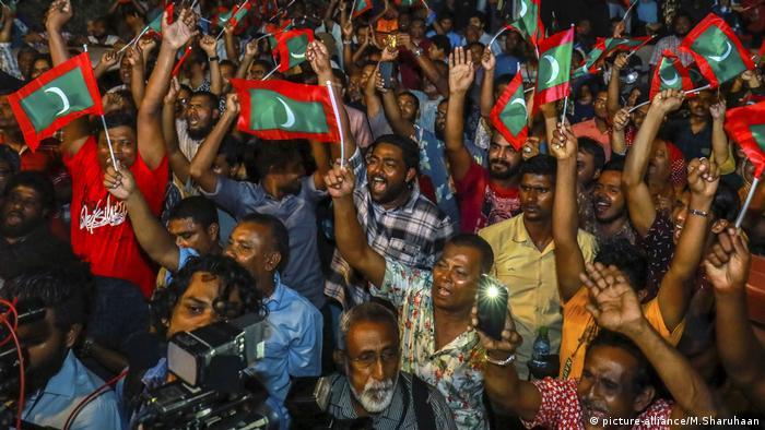 Malediven, Demonstranten der maledivischen Opposition rufen Parolen, die während eines Protestes die Freilassung politischer Gefangener fordern (picture-alliance/M.Sharuhaan)