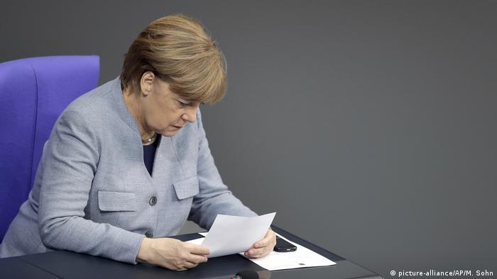 Angela Merkel reading (picture-alliance/AP/M. Sohn)