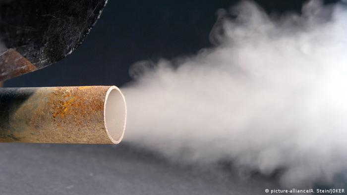 Autoabgase aus einem Auspuffrohr