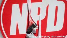 Deutschland NPD zerstörtes Wahlplakat Symbolbild
