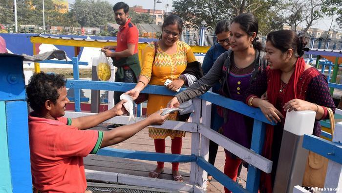 Indien Kolkata schwimmende Märkte (DW/Prabhakar)