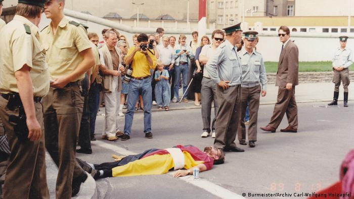 Carl-Wolfgang Holzapfel protesting against the Berlin Wall at Checkpoint Charlie (Burmeister/Archiv Carl-Wolfgang Holzapfel)