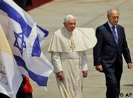 El Papa, Benedict XVI, con el presidente israelí, Shimon Peres (izq.)