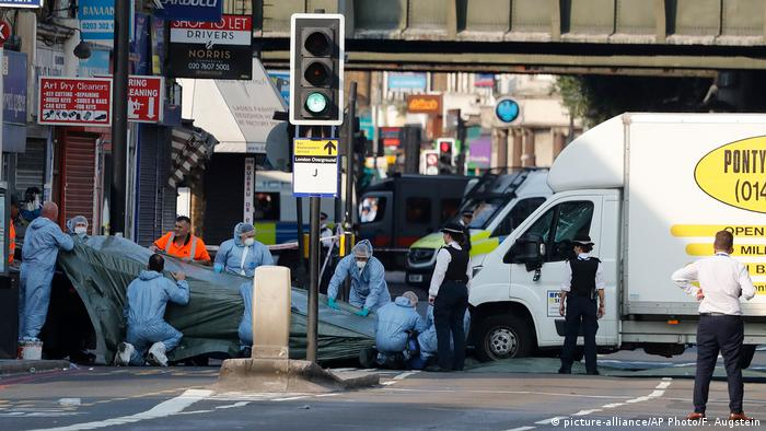 Authorities remove a van that struck pedestrians near a mosque at Finsbury Park in north London. (picture-alliance/AP Photo/F. Augstein)