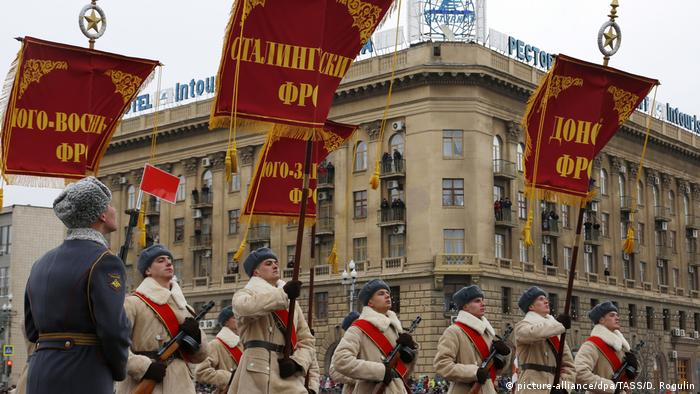 People marching with Soviet-style banners (picture-alliance/dpa/TASS/D. Rogulin)