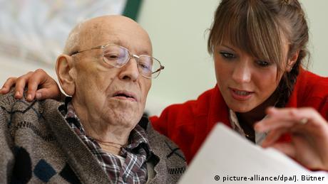 Особено застрашени в случай на зараза са по-слабите и по-възрастните хора, те имат спешна нужда от помощ и внимание. Но трудът на тези, които се грижат за тях, определено не е високо платен - в Германия те взимат средно 32 932 евро годишно бруто. Дори автомеханиците печелят повече. За сравнение с хонорарите в банковия сектор не може и дума да става.