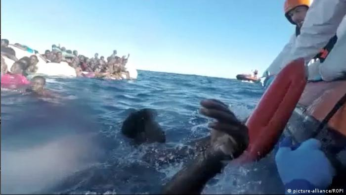 Mittelmeer: Rettung von Flüchtlingen in Seenot (picture-alliance/ROPI)