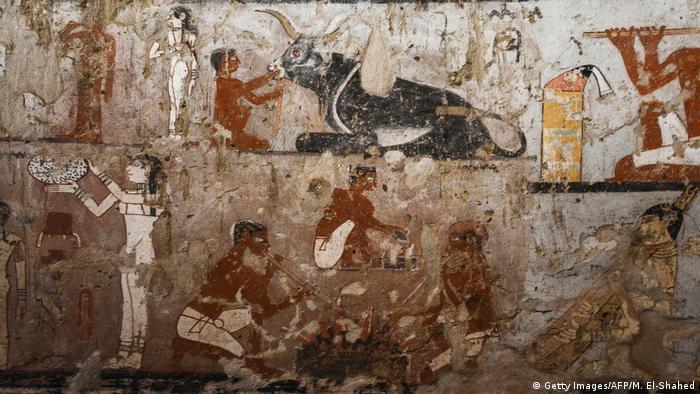 Pinturais murais reproduzem cenas de caça e pesca, entre outros motivos