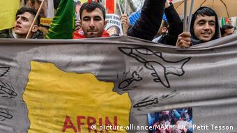Curdos protestam em Paris contra mortes em Afrin, Síria