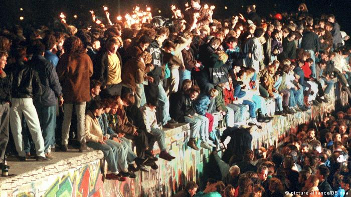 Alemães dos dois lados ocupam o Muro de Berlim em 11 de novembro de 1989