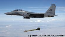 05.08.2003 Ein Kampfjet der US Air Force (USAF) vom Typ F-15E Strike Eagle wirft am 05.08.2003 während einer Übung eine so genannte bunkerbrechende Präzisionsbombe vom Typ GBU-28 über einem Bombenabwurfs-Testgebiet im Bundesstaat Utah ab. Die Schlagkraft der konventionellen US-Waffen ist einem Medienbericht zufolge zu gering, um das unterirdische Atomprogramm im Iran zu zerstören. Das Pentagon wolle daher eine Weiterentwicklung der Bomben, um ihre Durchschlagskraft zu erhöhen, berichtete das «Wall Street Journal» am Samstag (28.01.2012) unter Berufung auf US-Beamte. Foto: TSGT MICHAEL AMMONS; USAF dpa (zu dpa 0119 am 28.01.2012) +++(c) dpa - Bildfunk+++ | Verwendung weltweit