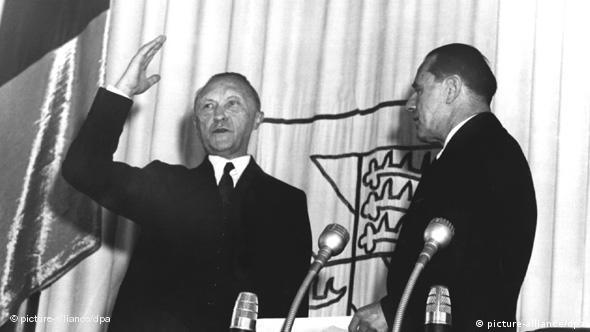 Am 20. September 1949 wird Konrad Adenauer (l.) durch Bundestagspräsident Erich Köhler als erster Kanzler vereidigt (Foto: dpa)