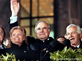Ганс-Дитрих Геншер, Гельмут и Ханнелоре Коль, Рихард фон Вайцзеккер перед Рейхстагом 3 октября 1990 года
