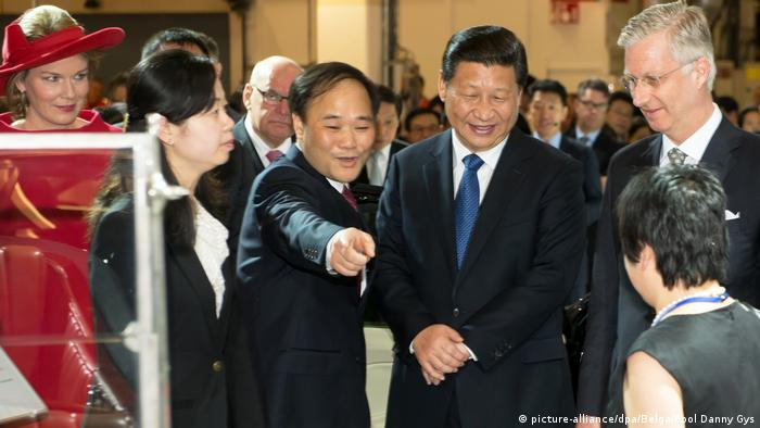 Li with Chinese President Xi Jinping during a visit to Volvo in Belgium, 2014 (picture-alliance/dpa/Belga/Pool Danny Gys)