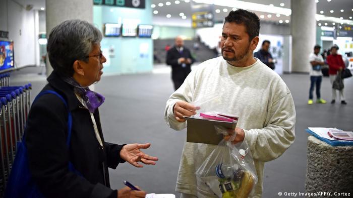 Deportado mexicano recebe orientação no aeroporto da Cidade do México