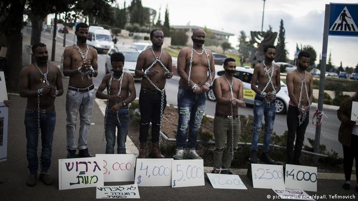Eritrean migrants in chains (picture-alliance/dpa/I. Yefimovich)