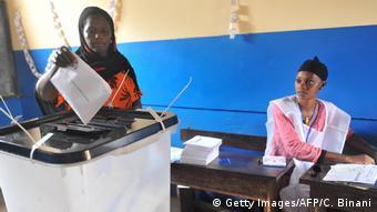 Une électrice dans un bureau de vote clairsemé de Conakry lors des élections locales du 4 février 2018.