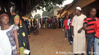 Des électeurs dans un bureau de vote de Conakry en février 2018