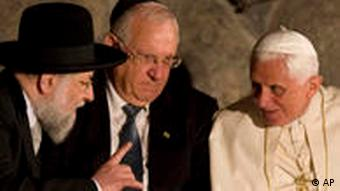 Pope Benedict with Israeli leaders at Yad Vashem